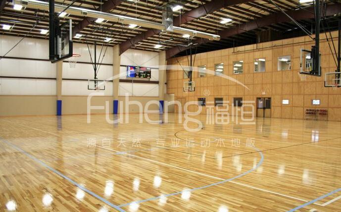 现在很多体育馆都使用篮球场木地板,这些体育馆给运动员提供了非常好的运动场所,但是这些运动木地板好不好呢?如何去分辨呢?作为很多运动者并不了解,其实分析运动木地板是有很多帮助的,我们可以根据运动木地板的特性而选择相搭配的运动鞋,这样可以更好的帮助自己在运动过程中创造优势。  我们首先需要先看篮球木地板的表面是否够光滑,好的篮球木地板的表面是非常光滑的,然后用手摩擦了解篮球木地板的摩擦力是否合适,在运动过程中摩擦力对于运动员是非常重要的,如果摩擦力不够,那么在运动过程中就非常容易出现打滑的问题。 在分析篮球木